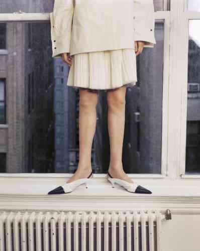 Chemise en coton et jupe en soie plissée, Jil Sander. Escarpins en cuir, CalvinKlein235W39NYC.