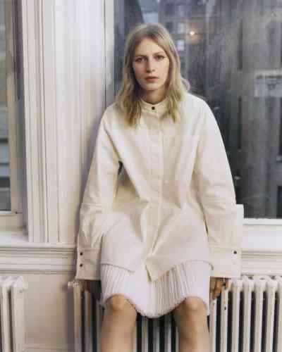 Chemise en coton et jupe en soie plissée, Jil Sander.