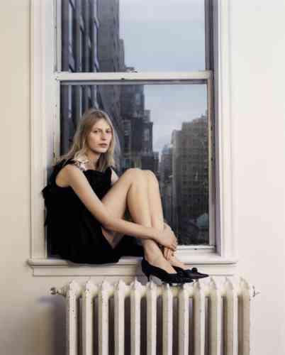 Robe en taffetas de soie, avec broche en métal à strass, débardeur en coton, escarpins en cuir avec détails à strass, Calvin Klein 235W39NYC. Chevalière en or rose, David Yurman.