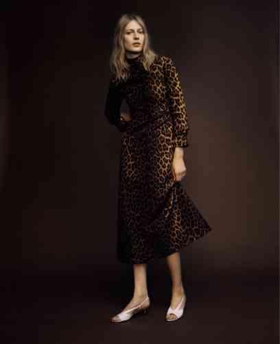 Robe en laine à imprimé léopard, Gucci. Sandales en cuir, Givenchy.