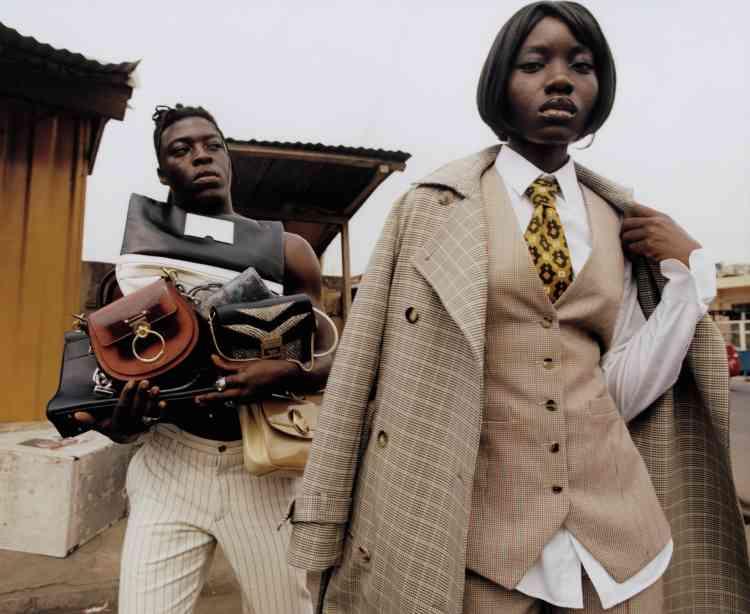 Costume trois-pièces en coton mélangé, Paco Rabanne. Chemise en coton Dolce & Gabbana. Pantalon en coton et laine, De fursac. De haut en bas et de gauche à droite,Sacs en cuir Givenchy, Paco Rabanne, Chloé, Giorgio Armani.