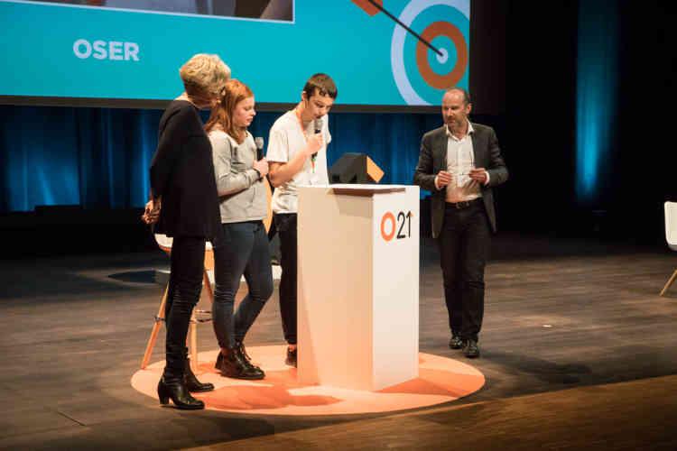 Pour lancer la conférence «Oser», deux jeunes du public jouent le rôle des journalistes du «Monde».