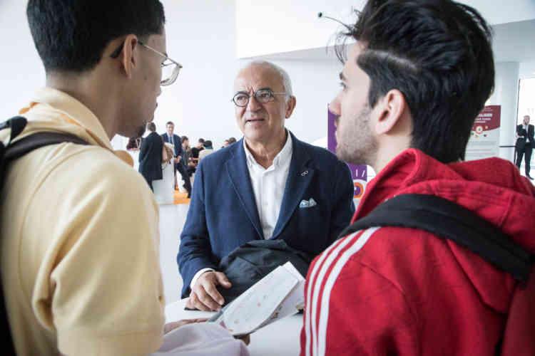 Faiez Zannad, spécialiste en cardiologie au CHU de Nancy, répond aux questions des lycéens, à la sortie de sa conférence.