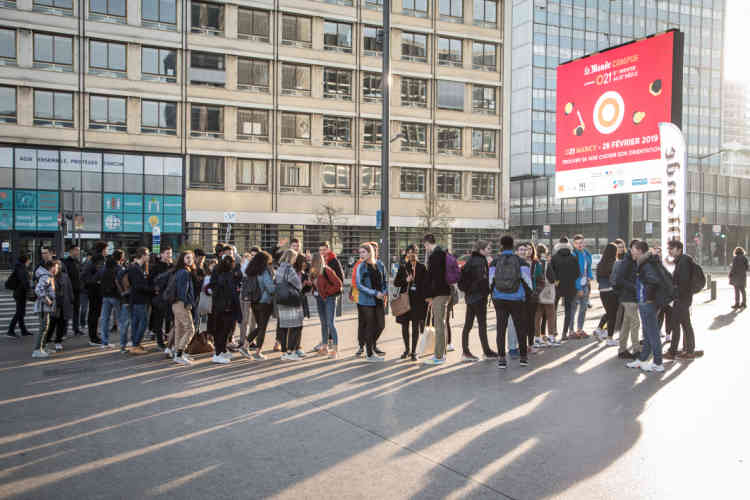 8h30, les lycéens se pressent devant le centre Prouvé, avant l'ouverture des portes.