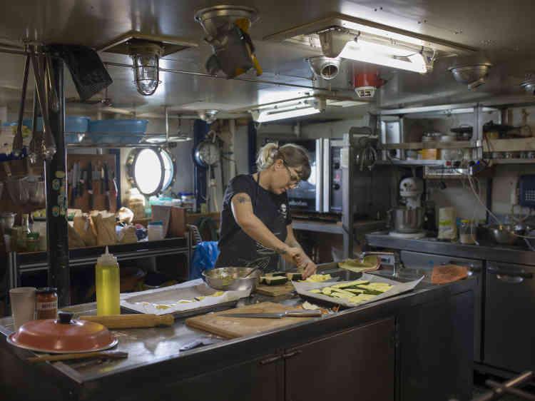 Cara est la cuisinière du bord, avec Fabio. La nourriture servie est végane.