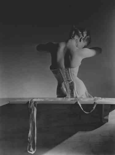 «Ce cliché, icône incontournable de l'histoire de la photographie, est une pièce essentielle de son architecture. C'est un repère qui a permis d'élaborer le parcours de l'exposition. C'est aussi un cliché qui dialogue, et entre en résonance avec d'autres photographies de mode des années 1940-1950.»