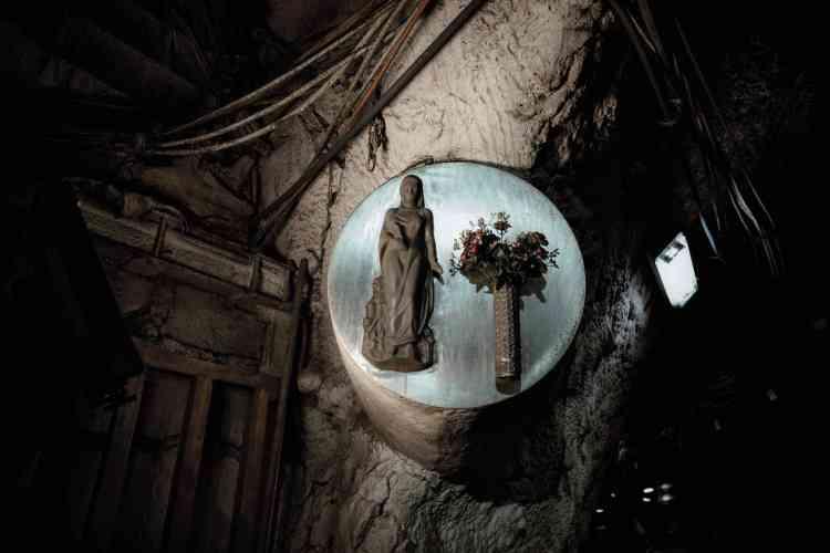 Une statuette de sainte Barbe, patronne des mineurs.