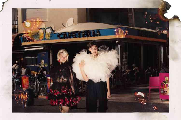 De gauche à droite, Robe en soie, Dolce & Gabbana. Boucle d'oreille, Balenciaga. Bustier en tutu, Brognano. Pantalon en laine vierge, Max Mara.