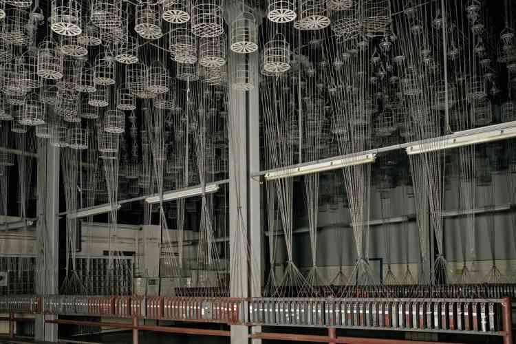 Des cages suspendues dans lesquelles les mineurs rangeaient leurs affaires avant de se mettre en tenue, et descendre dans la mine.