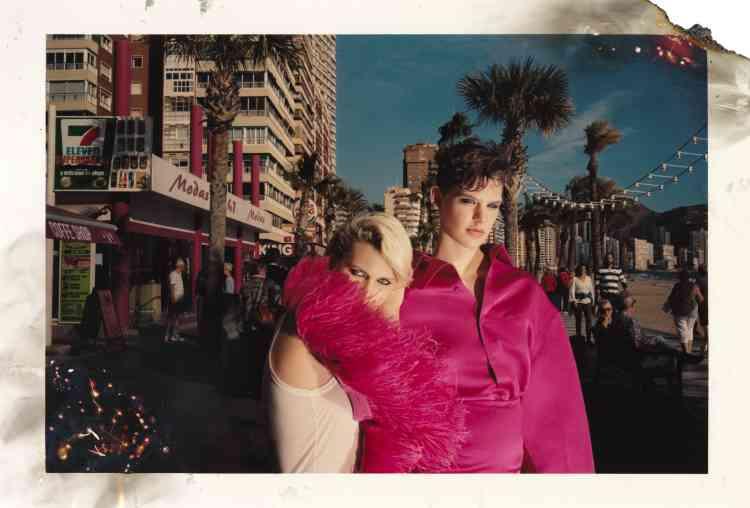 De gauche à droite, robe en plume, débardeur en coton, No21. Chemise en soie satinée et jupeà godet ensoiesatinée, Balenciaga.