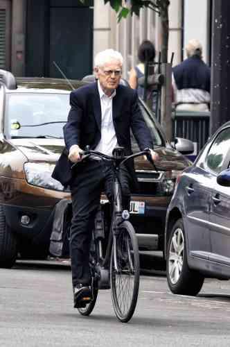 En cette belle journée, Lionel Jospin fait du vélo dans les rues de Paris, vêtu d'un jeans noir surteint, d'un blazer marine et d'une chemise blanche portée sans cravate. Enfin la liberté? Méfiez-vous des apparences: si ledit jeans, imprudemment porté sans pince à pantalon, se coince dans le pédalier, ce sera surtout le début des ennuis.