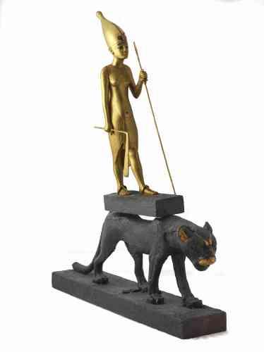 «Le tombeau de Toutankhamon contenait de grandes statuettes figurant le pharaon harponnant ou, comme ici, debout sur une panthère. Enveloppées de lin et placées dans des coffres-chapelles de bois noirci, ces statuettes évoquent les dangers qui peuvent mettre à mal la renaissance du roi défunt. La panthère en marche sur laquelle est juché Toutankhamon représenterait en effet Mafdet, une divinité protectrice de l'astre solaire lors de son parcours nocturne. Le félin assistait ainsi le roi, assimilé au dieu solaire, dans son voyage vers l'au-delà.»