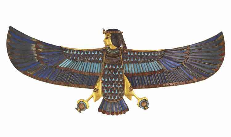 «Ce pectoral fait partie des ornements retrouvés sur le corps du jeune pharaon, disposés sur ou entre les bandelettes et destinés à assurer la protection du roi. L'oiseau à tête humaine représente un ba, c'est-à-dire la part de l'être humain qui volait hors du corps à sa mort. La capacité du défunt à atteindre la vie éternelle dépendait de la réunion du ba avec le corps et le ka (force de vie). Le pectoral a été fabriqué en or incrusté de verre imitant la turquoise, le lapis lazuli et la cornaline. L'oiseau tient dans ses serres des anneaux chen, qui symbolisent le circuit éternel du soleil. L'artisan a façonné le visage humain de cette belle pièce avec une exquise sensibilité.»