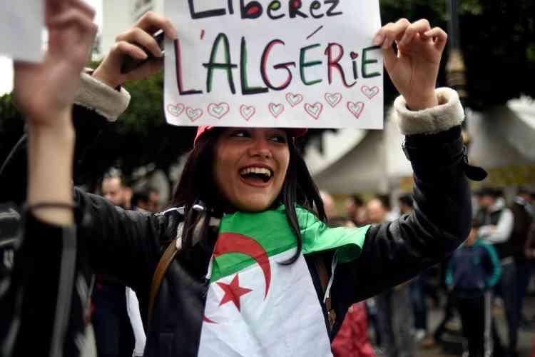 Le drapeau algérien a été utilisé comme écharpe ou comme voile par les manifestantes.