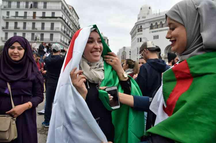« Ce vendredi 8 mars 2019 doit être un jour de fête, mettez vos plus beaux habits, soyez beaux pour l'Algérie, qu'elle soit fière de ses enfants », demandait une internaute sur son compte Facebook.