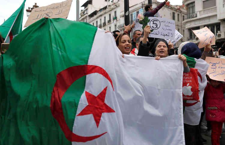 Défiant les mises en garde sur les risques de « chaos » lancées la veille par le chef de l'Etat, la foule a défilé en arborant le drapeau algérien.