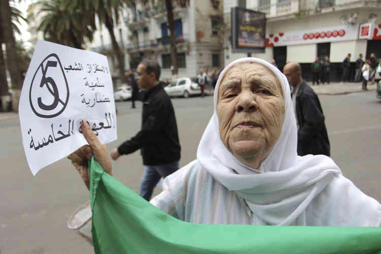 Des femmes âgées ont également défilé pendant des heures.