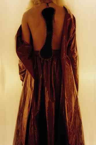 Col en cuir, Loewe. Robe en cuir vinyle froissé, Calcaterra.