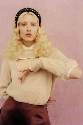 Serre-tête en cuir Nappa clouté, pull en cachemire, chemise à découpe en popeline de coton, jupe en soie, Prada.