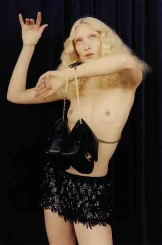 Sac Side pack en cuir matelassé, Chanel. Short rebrodé de sequins, N°21.