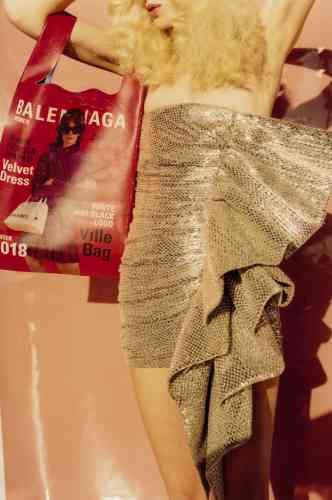 Sac-ceinture C en cuir de veau, Chloé. Top en nylon brodé de sequins, jupe en nylon et boxer, Miu Miu.