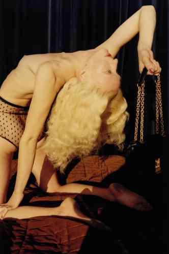 Sac C Moyen en veau matelassé, Celine par Hedi Slimane. Culotte en tulle, Givenchy. Couverture matelassée, Frette.