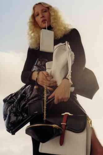 De haut en bas, pochette en cuir, Jil Sander. Sac shopping Tag en cuir lisse, Givenchy. Sac Glam Slam en cuir verni, Maison Margiela. Sac bracelet en cuir, Jil Sander. Sac toupie en cuir, Louis Vuitton. Sac à main Belle en cuir de veau, Prada. Robe en maille velours, Balenciaga.