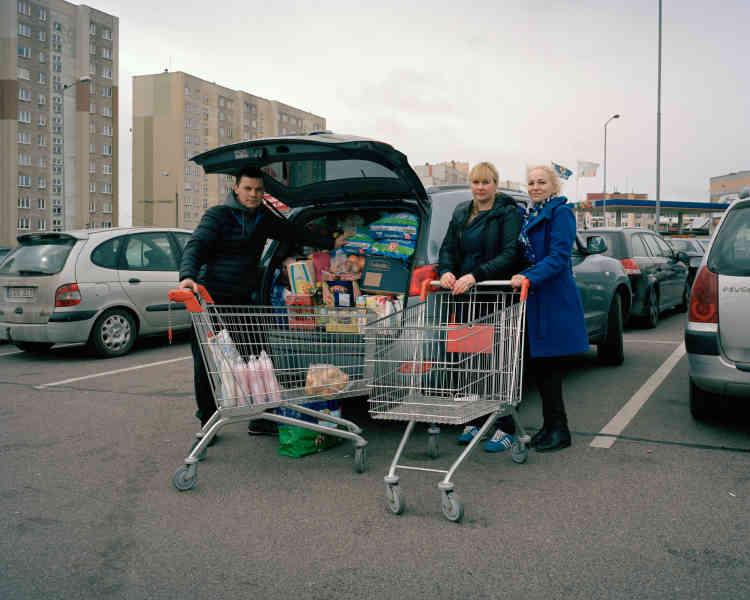 Des couples de Lituaniens font leurs courses à Suwalki, en Pologne, où les supermarchés sont moins chers.