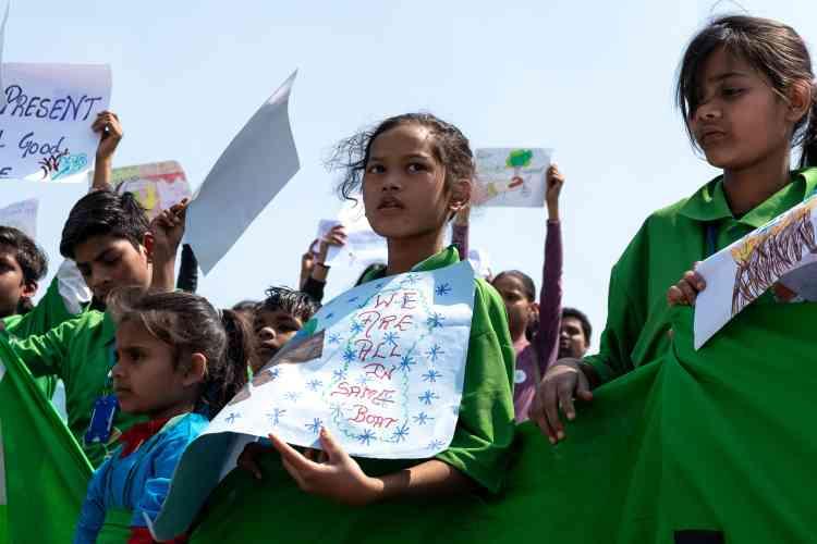 Des écoliers se sont aussi réunis à New Delhi en Inde.