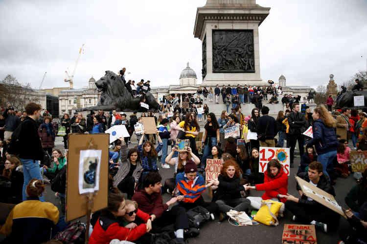 Des jeunes bloquent la circulation à Trafalgar Square, à Londres.
