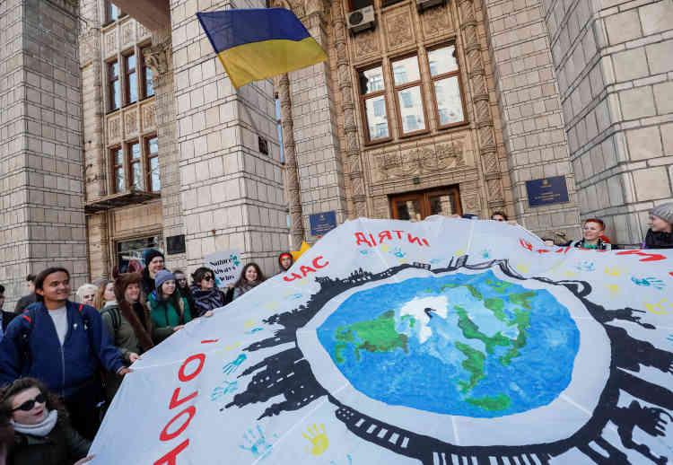 Des étudiants manifestent devant le ministère de l'énergie à Kiev, en Ukraine.