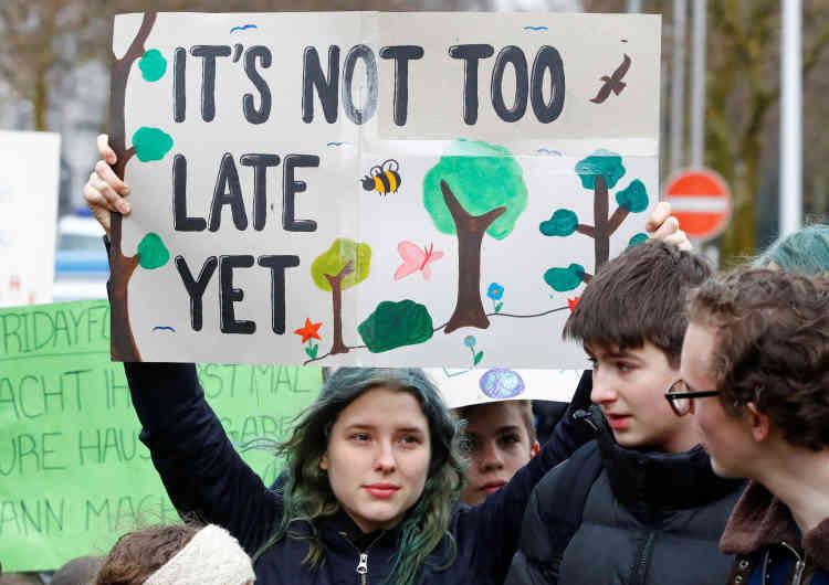 « Il n'est pas trop tard», selon les pancartes des étudiants de Düsseldorf, en Allemagne.