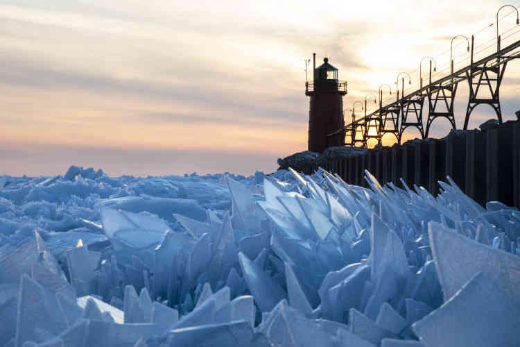 Des morceaux de glace s'accumulent sur le lac Michigan, le mardi 19 mars.