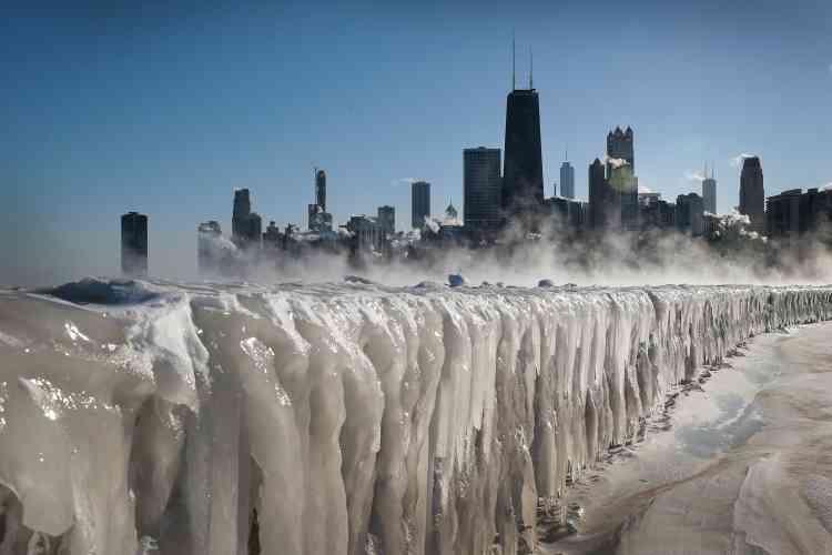 Les glaces couvrent les rives du lac Michigan le 30 janvier 2019 à Chicago, Illinois.