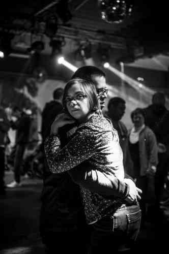 Des couples se forment et passent toutes les chansons dans les bras l'un de l'autre, comme s'ils dansaient un slow permanent, presque indifférents au tempo de la musique. Barchon, Belgique, en février.
