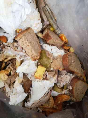 «Nos poubelles n'ont aucun intérêt à être photographiées, elles sont vides.» Edward Delling-Williams, le chef du Grand Bain (14 rue Dénoyez, Paris), passé par St-John à Londres et Au Passage à Paris, ne fait pas de fausse modestie. Dans son restaurant ouvert 7j/7j, une centaine de clients se pressent tous les soirs pour se régaler de ses frites de panisse, salade de pois chiches, poulpe aux patates, butternut grillé… Des plats simples dont la complexité se cache dans la gestion des déchets. Issu d'une famille modeste où les hommes étaient cuisiniers de pub, Edward considère que jeter de la nourriture c'est perdre de l'argent. Ajoutez à cette conviction économe, une sensibilité écologique et voilà que les cuisiniers de son restaurant recyclent en poudre ou en bouillon tout ce qui aurait fini à la poubelle. Edward travaille les légumes de la tête aux pieds; des pousses de brocolis aux racines d'endives en passant par celles des choux de Bruxelles. C'est là qu'il trouve la source de sa créativité. Et dans ses poubelles? Il y a les restes des assiettes des clients: à vrai dire pas grand-chose, à part du pain perdu.