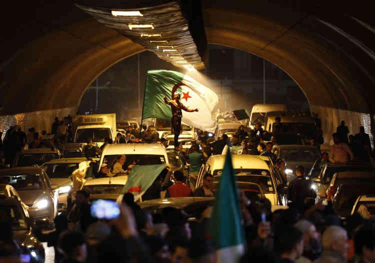A Alger, un concert de klaxons a accueilli la nouvelle de la démission de M. Bouteflika, mardi soir.
