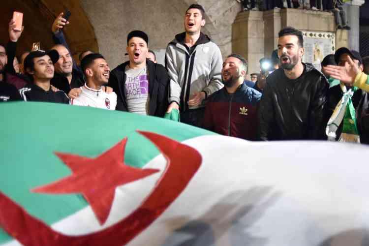 Certains manifestants ont entonné un slogan devenu depuis plus d'un mois l'autre hymne national:«Makach elkhamssa ya Bouteflika»(«Pas de cinquième [mandat] Bouteflika»).