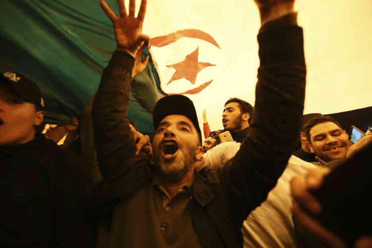 Au milieu de la nuit, des centaines de personnes continuaient à chanter dans le centre d'Alger.
