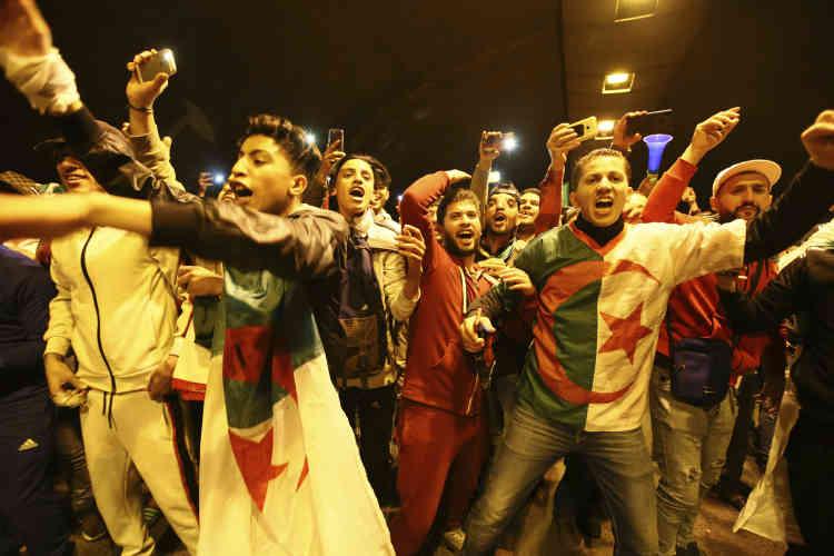 Des Algérois ont rapidement commencé à se rassembler sur le parvis de la Grande Poste.
