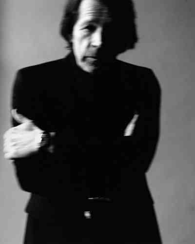 Blazer en laine, Saint Laurentby Anthony Vaccarello.Tee-shirt à col montant en laine, crêpe Mosaïque, Hermès. Montre Casablanca, Franck Muller.