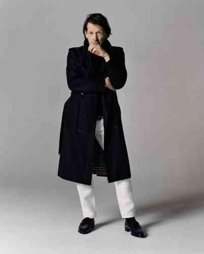 Trench-coat, Burberry. Tee-shirt en cachemire, Giorgio Armani. Pantalon en denim, Acne Studios. Chaussures Alwyn en veau, John Lobb.
