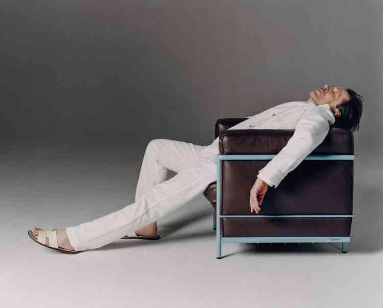 Veste et jeans en jean, A_Plan_Application. Tee-shirt en coton,Louis Vuitton. Sandalesen veau, Hermès.Fauteuil LC2,Le Corbusier, Cassina chezThe Conran Shop.