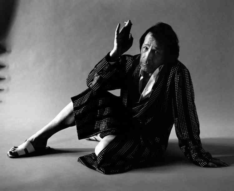 Robe de chambre en soie imprimée, Dolce & Gabbana. Chemise en popeline de coton blanche, Collection Homme, Dior. sandales en veau, Hermès.