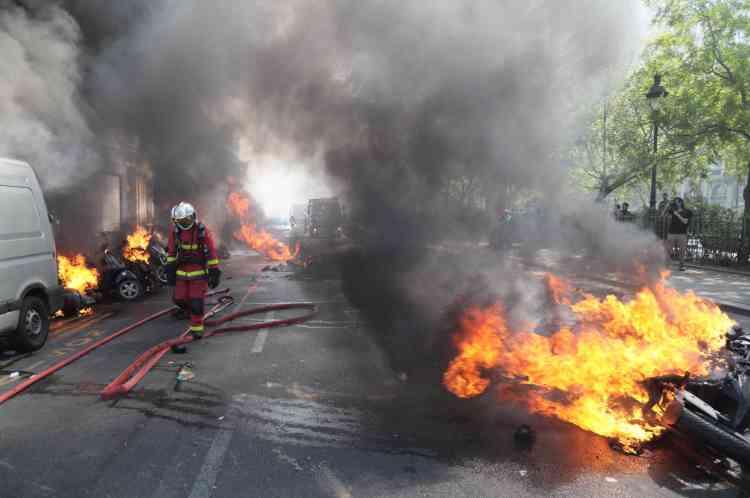Des véhicules incendiés lors de la manifestation des «gilets jaunes» à Paris, le 20 avril.