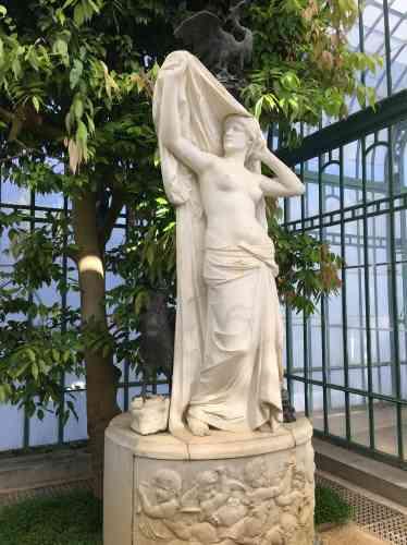 Cette sculpture est le pendant du« Soir», du même artiste. Inscrit dans le courant de l'Art nouveau, celui-ci est l'auteur d'une partie des statues du Jardin botanique de Bruxelles et de l'extraordinaire« Sphinx mystérieux», exposé au Musée Art et Histoire, situé dans le parc du Cinquantenaire.