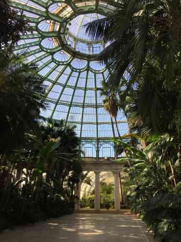 La spectaculaire verrière du Jardin d'hiver, de près de 60 mètres de diamètre, culmine à 26 mètres de hauteur. Elle surmonte une imposante rotonde constituée de 36 colonnes doriques et de fastueux espaces de réception.