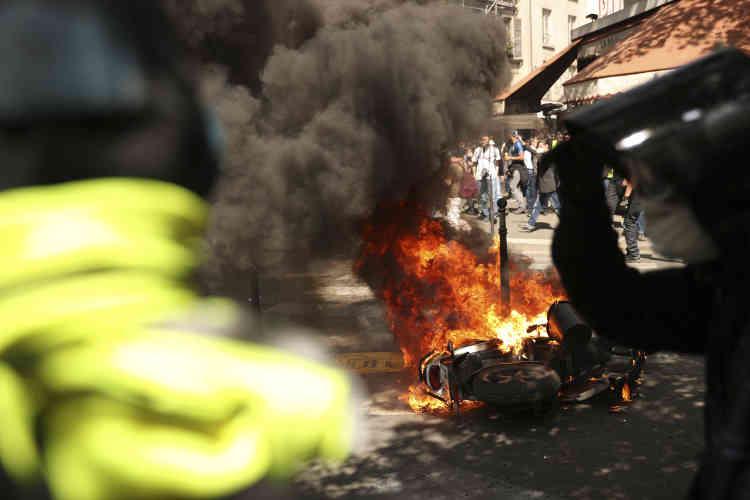 Un véhicule incendié lors de la manifestation des« gilets jaunes» à Paris, le 20 avril.