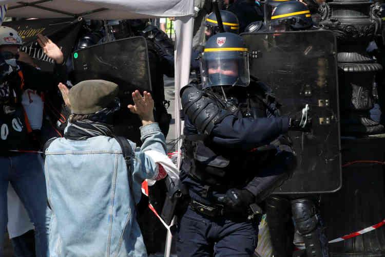 Un policier face à un manifestant, à Paris, le 20 avril.