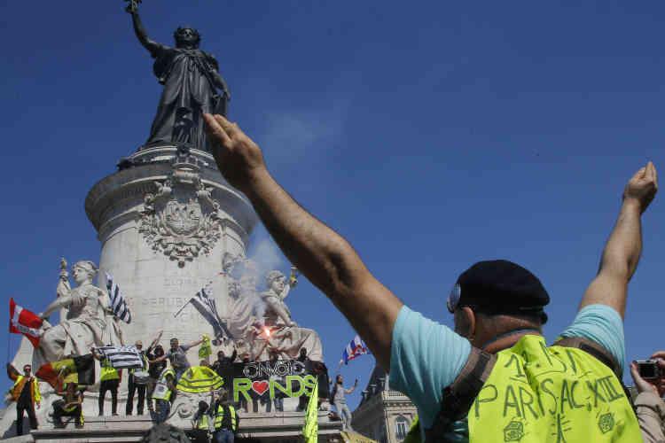 Un manifestant, place de la République à Paris, le 20 avril.